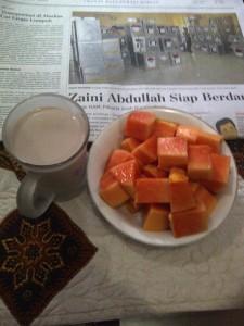 Segelas susu dan sepiring Pepaya, salah satu alternatif makan pagi